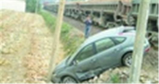 轿车硬闯路障撞火车
